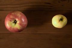 Maçãs na tabela de madeira Imagem de Stock Royalty Free