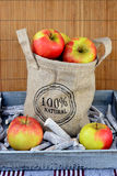 100 maçãs naturais procent em um saco da juta Foto de Stock