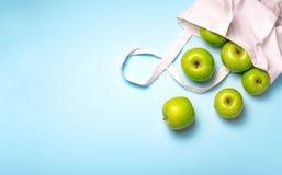 Maçãs no saco do algodão, saco amigável de Eco, conceito zero do desperdício foto de stock royalty free