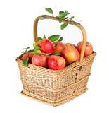 Maçãs orgânicas saudáveis na cesta Fotos de Stock