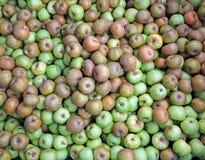 maçãs orgânicas verdes na caixa para a venda no mercado por atacado Foto de Stock