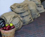 Maçãs & sacos de serapilheira Fotografia de Stock Royalty Free