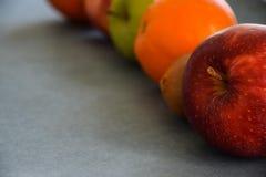 Maçãs saudáveis, quivi e laranja vermelhos e verdes Fotos de Stock