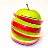 Maçãs suculentas, deliciosas, maduras verdes e vermelhas em um fundo branco Foto de Stock