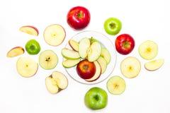 Maçãs suculentas, deliciosas, maduras verdes e vermelhas em um fundo branco Fotos de Stock Royalty Free