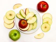 Maçãs suculentas, deliciosas, maduras verdes e vermelhas em um fundo branco Fotografia de Stock Royalty Free