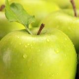 Maçãs verdes com gotas da água Fotos de Stock Royalty Free