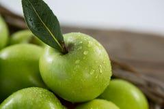 Maçãs verdes com gotas de água Fotografia de Stock Royalty Free