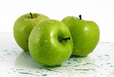 Maçãs verdes com waterdrops Fotografia de Stock Royalty Free