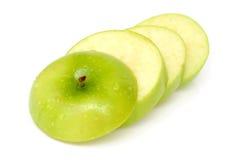 Maçãs verdes das fatias com gotas da água Foto de Stock Royalty Free
