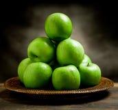 Maçãs verdes dentro de uma cesta Imagens de Stock