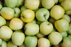 Maçãs verdes e amarelas Maçãs da variedade dourada Textura Fundo Fotos de Stock
