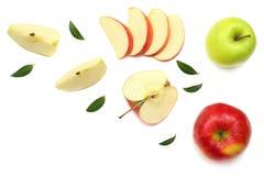 maçãs verdes e vermelhas com as fatias isoladas no fundo branco Vista superior Foto de Stock