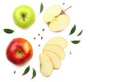 maçãs verdes e vermelhas com as fatias isoladas no fundo branco Vista superior Fotos de Stock Royalty Free