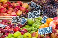 Maçãs verdes e vermelhas no mercado local em Copenhaga, Dinamarca Fotografia de Stock