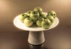 Maçãs verdes em um prato Fotografia de Stock Royalty Free