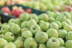 Maçãs verdes em uma caixa na loja maçãs verdes em umas caixas em prateleiras do mercado Conceito das compras na mercearia Aliment imagem de stock