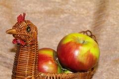 Maçãs verdes frescas em uma cesta de vime Ainda vida bonita imagem de stock royalty free