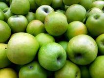 Maçãs verdes frescas no contador fotografia de stock