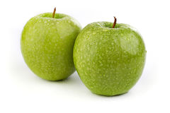 Maçãs verdes maduras brilhantes em gotas da água Imagens de Stock Royalty Free
