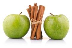 Maçãs verdes maduras com as varas de canela isoladas Imagens de Stock