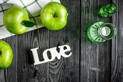 Maçãs verdes maduras com espaço de madeira escuro da opinião superior do fundo da tabela do amor para o texto Fotografia de Stock Royalty Free