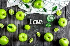 maçãs verdes maduras com teste padrão de madeira escuro da opinião superior do fundo da tabela do amor Imagem de Stock