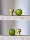 Maçãs verdes maduras e núcleos Imagem de Stock Royalty Free
