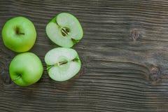 Maçãs verdes maduras em de madeira Imagens de Stock