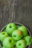 Maçãs verdes maduras em de madeira Foto de Stock Royalty Free