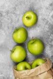 Maçãs verdes maduras em um fundo claro Vista superior Backgrou do alimento Fotografia de Stock
