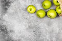 Maçãs verdes maduras em um fundo claro Vista superior, espaço da cópia f Imagem de Stock