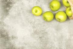Maçãs verdes maduras em um fundo claro Vista superior, espaço da cópia f Fotos de Stock