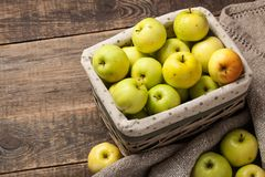 Maçãs verdes maduras em uma cesta Fotografia de Stock