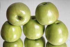 Maçãs verdes maduras frescas Fotografia de Stock Royalty Free