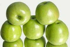 Maçãs verdes maduras frescas Fotos de Stock