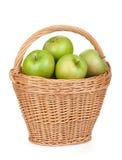 Maçãs verdes maduras frescas na cesta Imagem de Stock