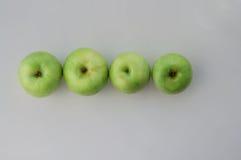 Maçãs verdes na linha Fotografia de Stock