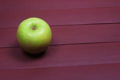 Maçãs verdes na tabela de madeira velha Alimento saudável Foto de Stock Royalty Free