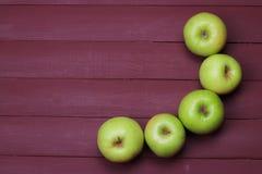 Maçãs verdes na tabela de madeira velha Alimento saudável Imagens de Stock Royalty Free