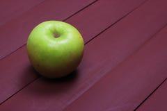 Maçãs verdes na tabela de madeira velha Alimento saudável Fotos de Stock Royalty Free