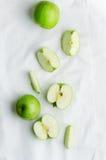 Maçãs verdes sobre o pano branco Imagens de Stock Royalty Free