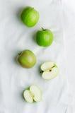 Maçãs verdes sobre o pano branco Foto de Stock Royalty Free