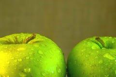 Maçãs verdes suculentas com gotas da água Foto de Stock Royalty Free