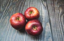 maçãs vermelhas colocadas na madeira fotos de stock royalty free