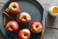 Maçãs vermelhas cruas que cozinham os ingredientes cozidos das maçãs que cozinham o ap cozido Imagem de Stock Royalty Free
