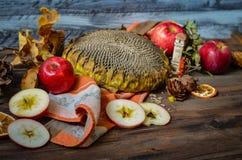 Maçãs vermelhas do outono do vintage no fundo de madeira Fotos de Stock