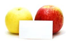 Maçãs vermelhas e amarelas com cartão Fotografia de Stock