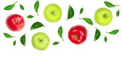 Maçãs vermelhas e verdes decoradas com as folhas verdes isoladas no fundo branco com espaço para seu texto, vista superior da cóp Imagens de Stock