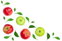 Maçãs vermelhas e verdes decoradas com as folhas verdes isoladas no fundo branco com espaço para seu texto, vista superior da cóp Foto de Stock